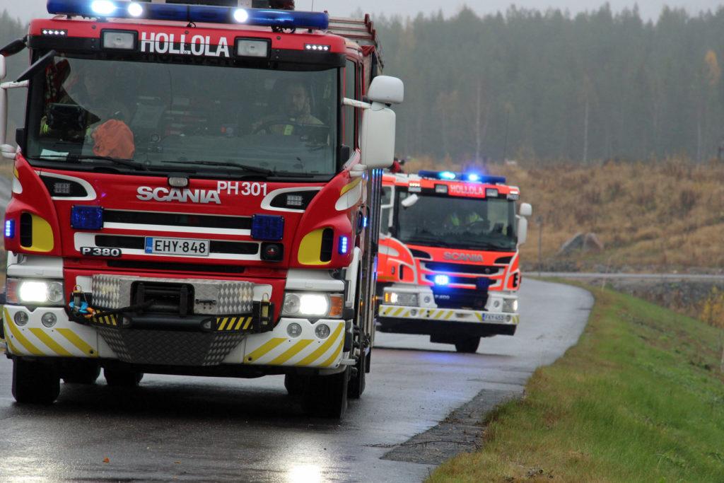 Paloautot hälytysajossa.