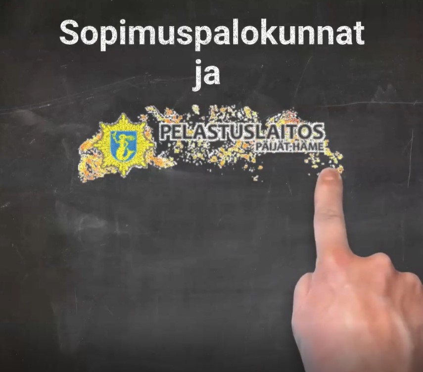 Liitutaulu, jossa Päijät-Hämeen pelastuslaitoksen logo ja teksti sopimuspalokunnat. Sormi osoittaa tekstiä.